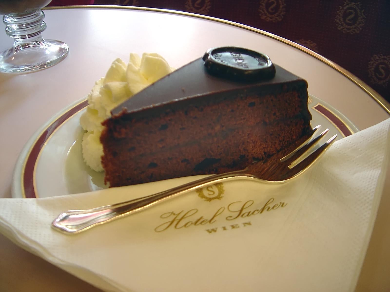 Класическо сервиране на торта Захер с бита неподсладена сметана.