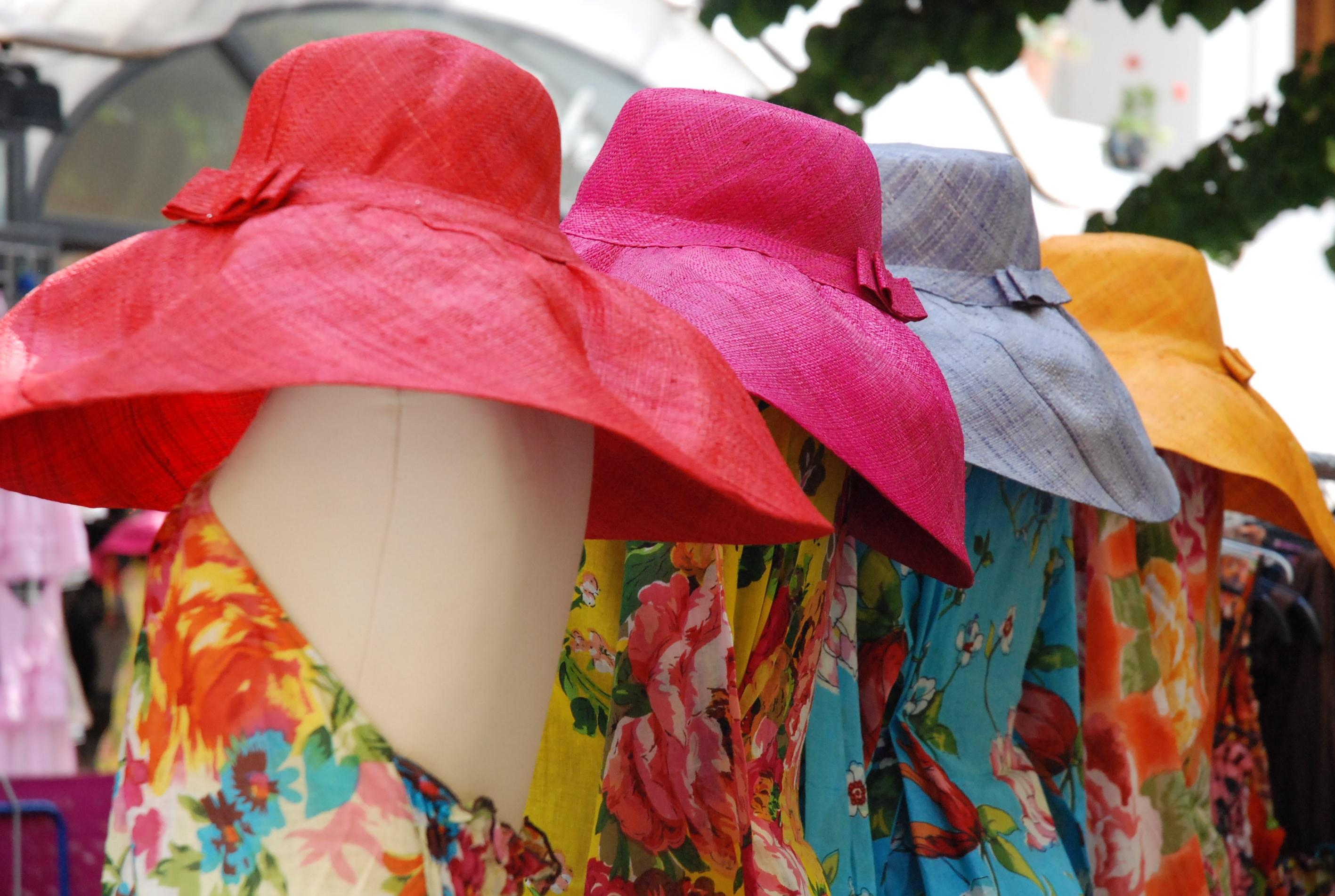 Шапки и рокли в типичен стил