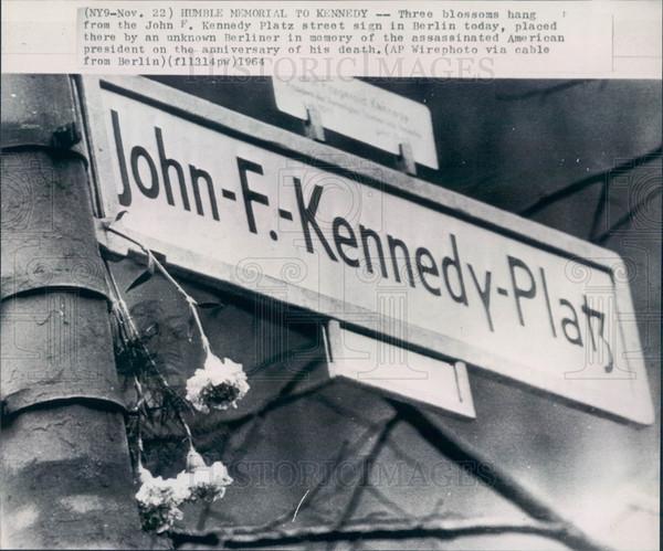 Табелка на площада на Кметство Шьонеберг, носещ името на Кенеди