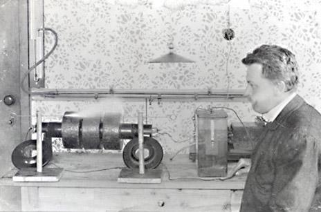 Г-н Сваровски и неговото изобретение - електрически стан за обработка на кристали