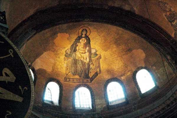 Четири метровата фигура на Богородица в апсидата на Света София.