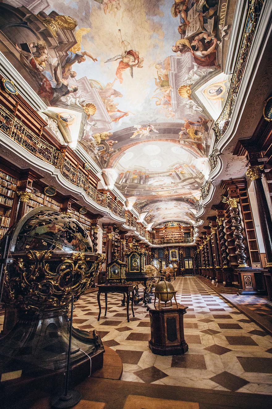 Красивите таванни фрески на Ян Хибл