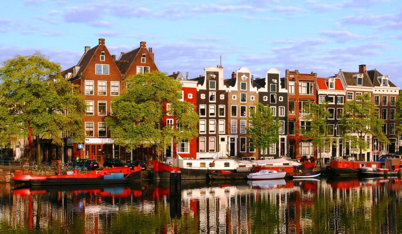 Паметник в чест на проститутките от цял свят в Амстердам
