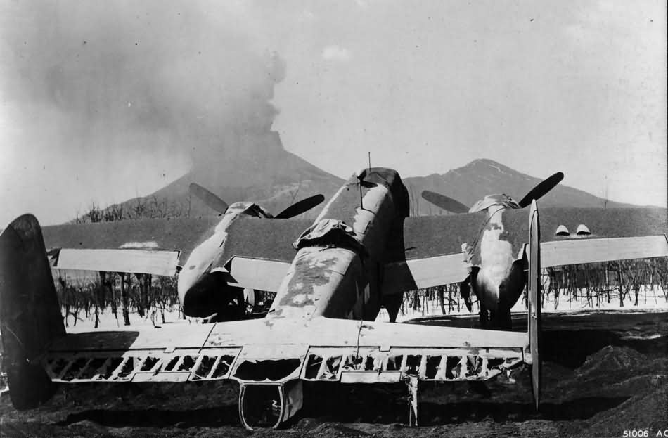 Vesuvius_and_B-25_Mitchell_march_1944