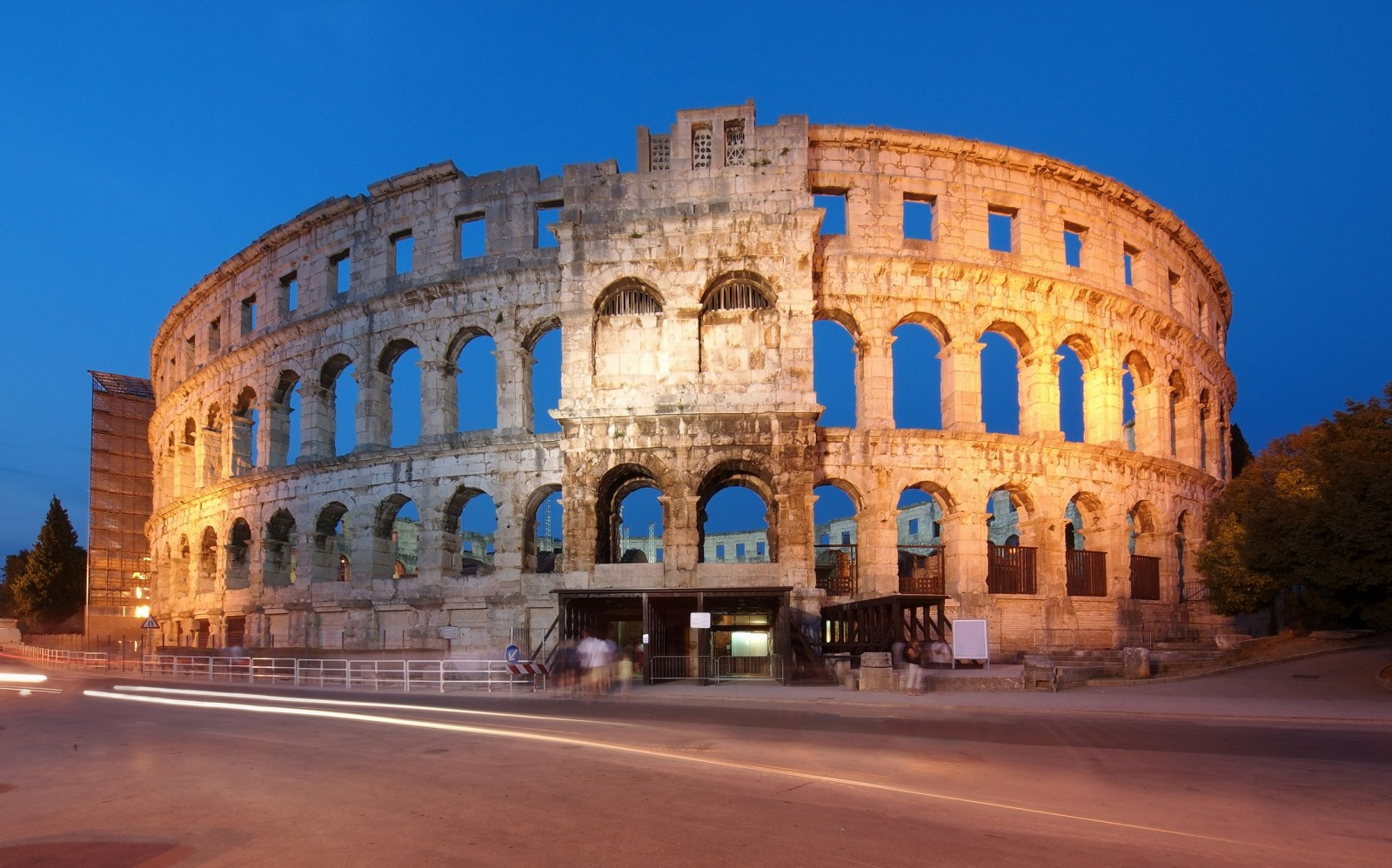 the-ancient-roman-amphitheater-in-pula-croatia-night