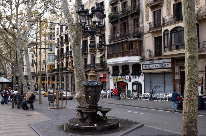 Barcelona-La-rambla-caddesi-Rambla-de-canaletes