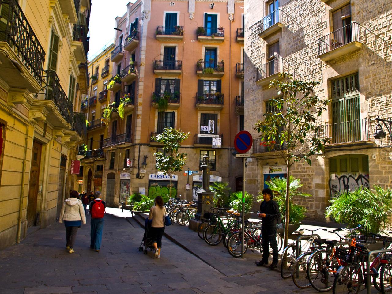 Малките улички са изпълнени с барчета и ресторанти
