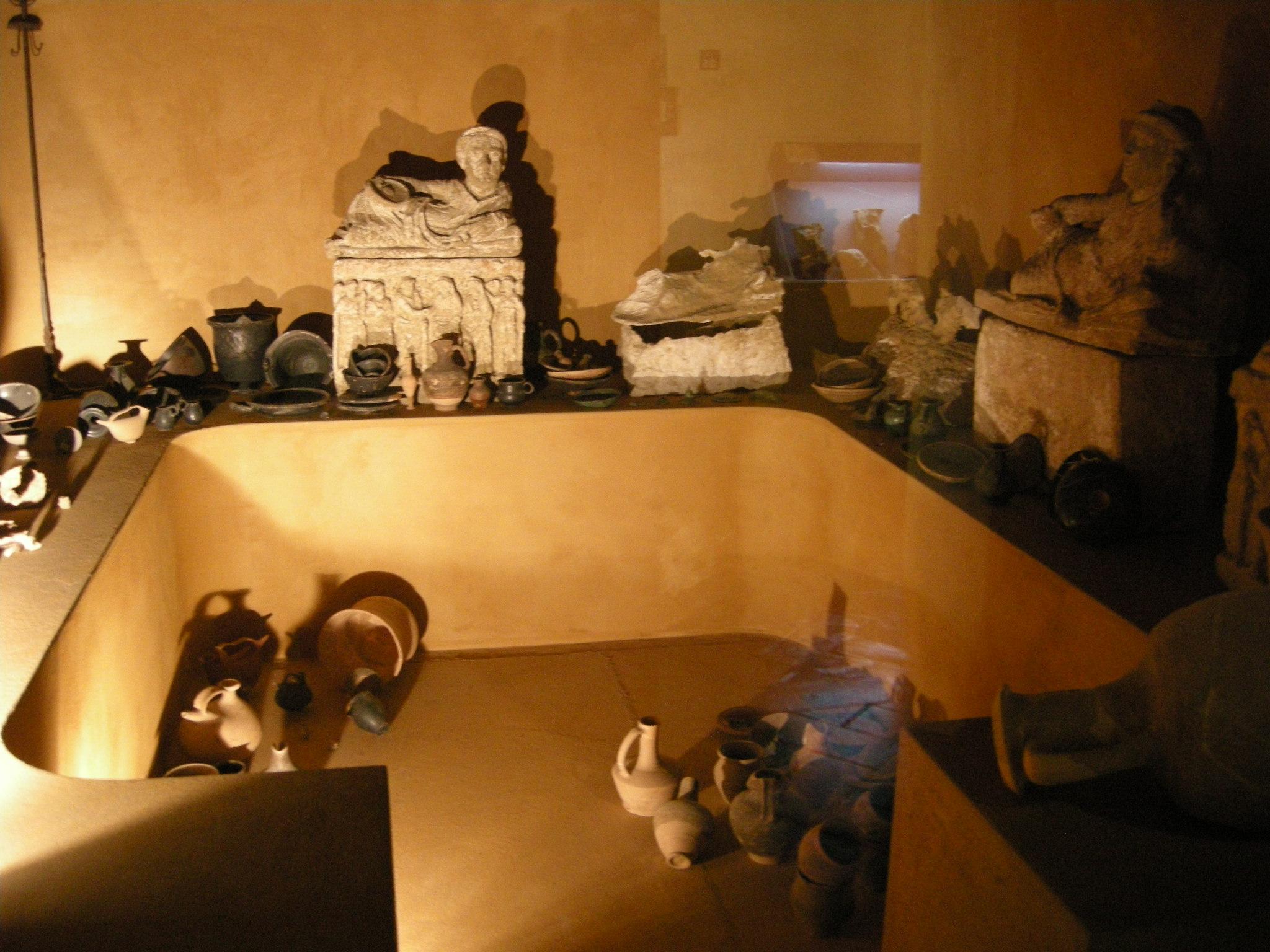 Museo_guarnacci,_ricostruzione_di_tomba_etrusca
