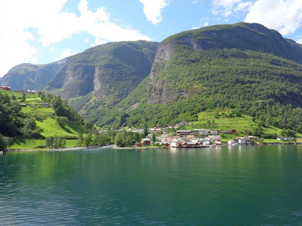 Във водата се отразяват величествени планини
