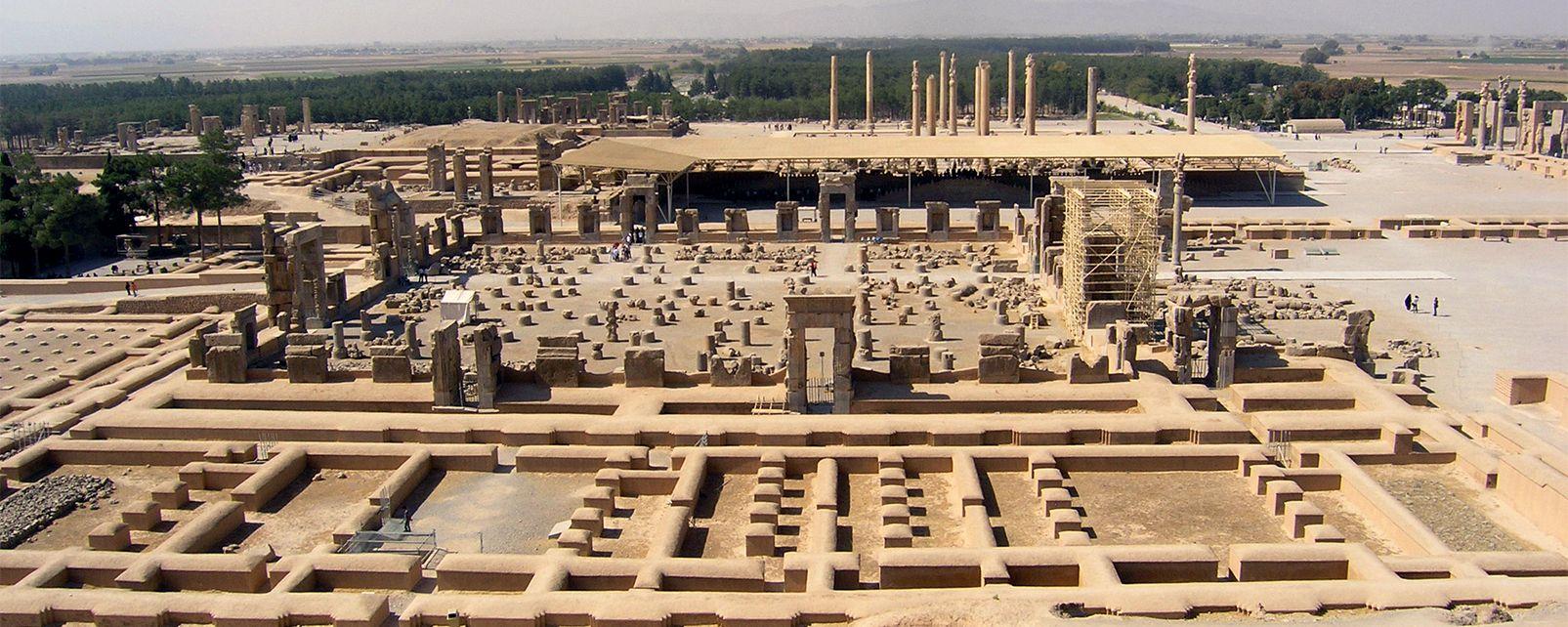 Шираз е много богат на културни паметници