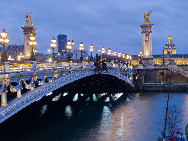 Гледка към вечерния мост