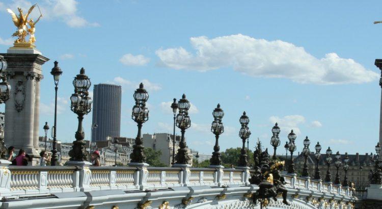 Романтичен мост в сърцето на Париж