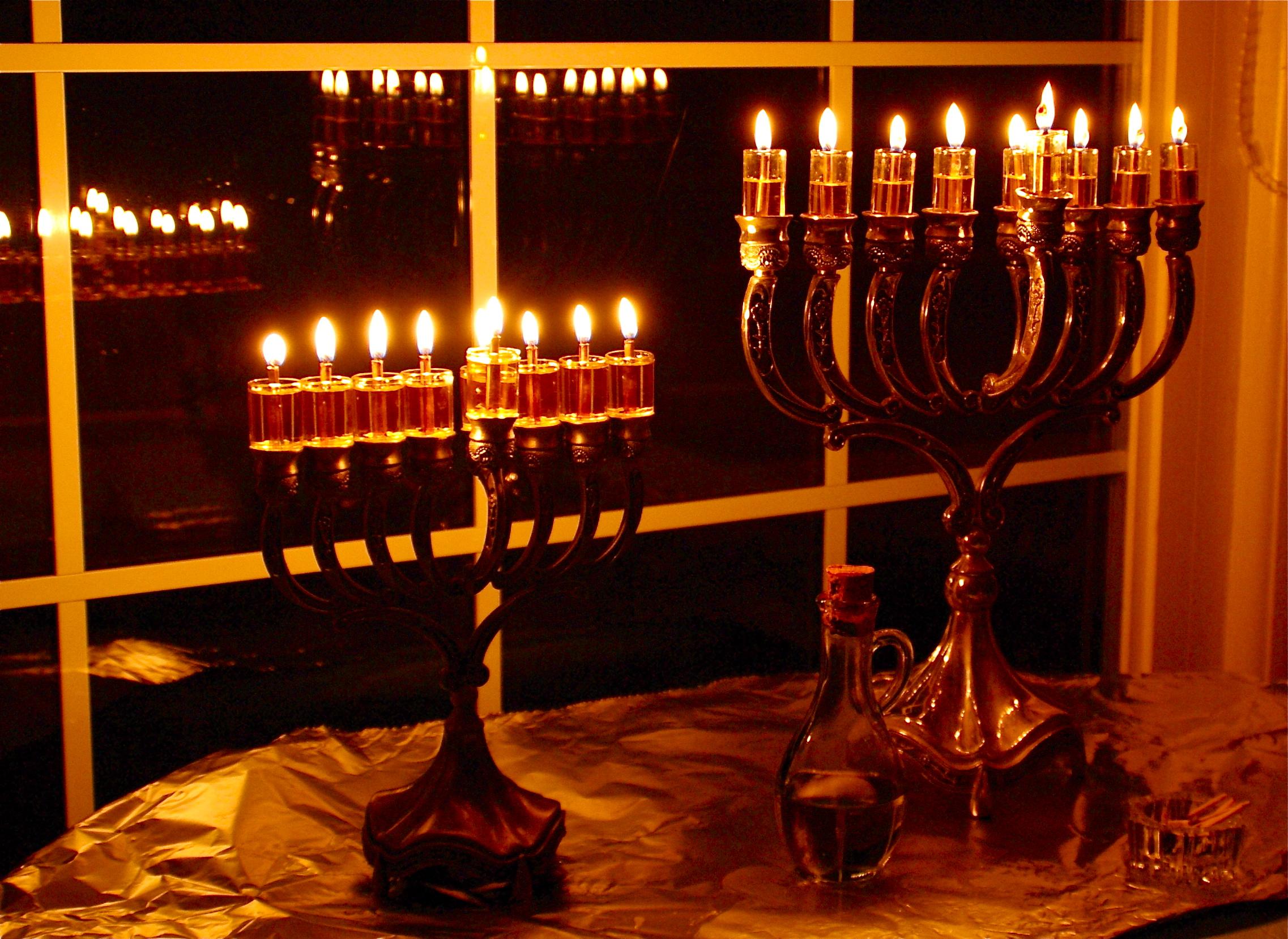 На осмия ден горят всички девет свещи
