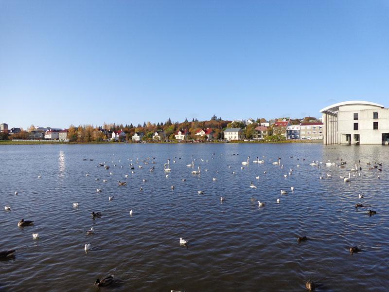 Рейкявик, езерото Тьорнин и градското кметство /вдясно/