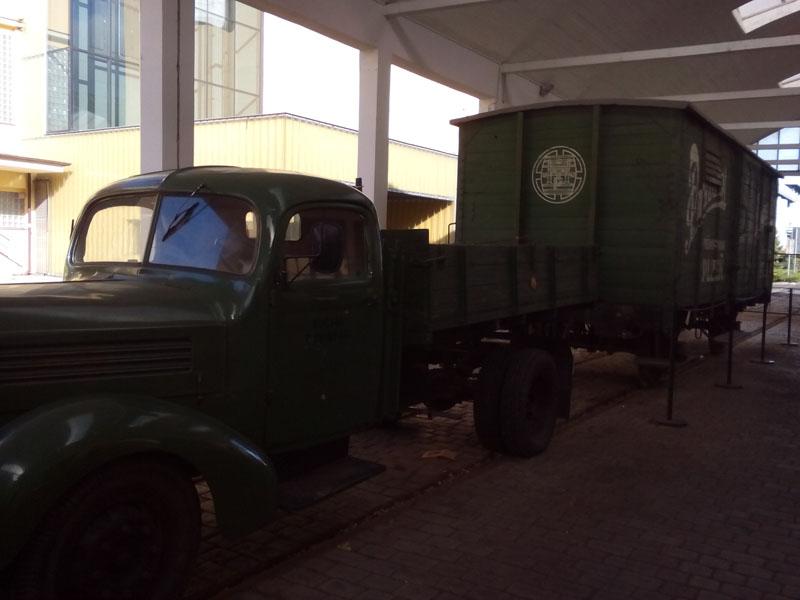 Камион и вагон с които е превозвана бирата преди 50г.