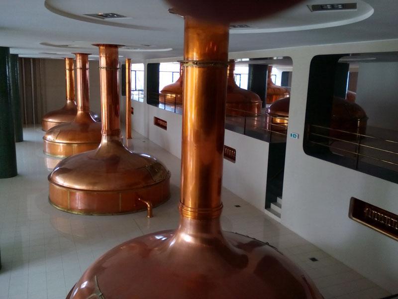 Съвремени казани за дестилация на бирата.