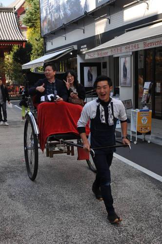 """Токио, японска рикша в кв. """"Асакуса"""""""