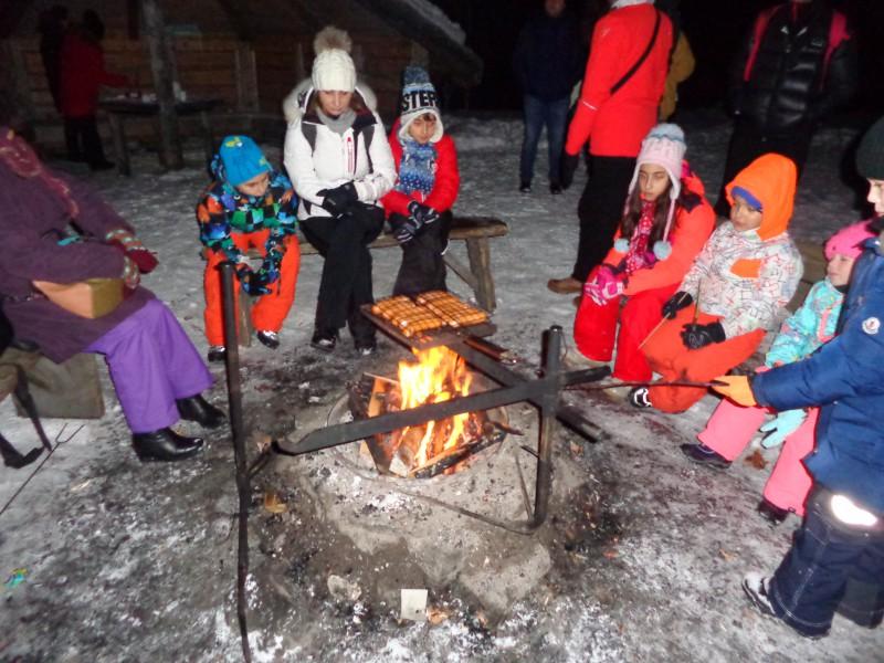 Край лагерния огън в очакване на Северното сияние