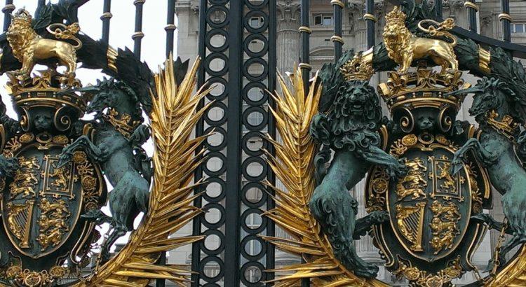 Елизабет II и колко тежи кралската корона