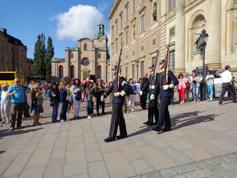 Славната ни група от август 2017 г. приема почетния караул пред Кралския дворец в Стокхолм
