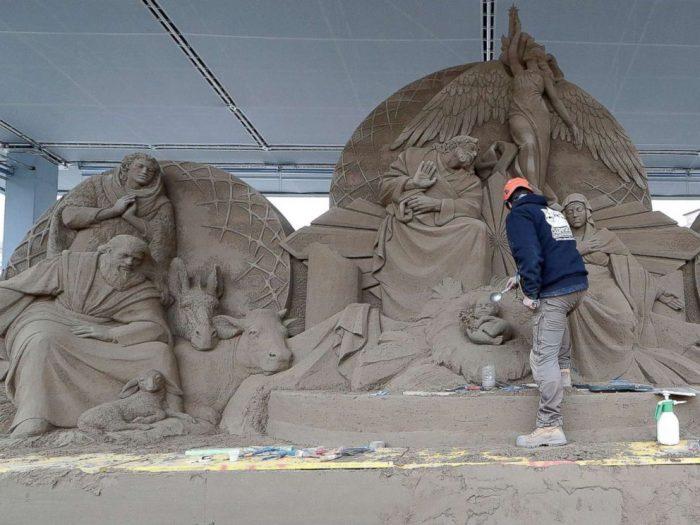 """Пясъчна скулптура на Рождество Христово се издигна на площад """"Свети Петър"""" 2"""