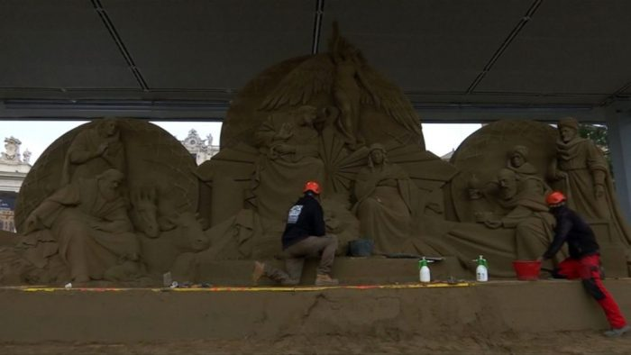 """Пясъчна скулптура на Рождество Христово се издигна на площад """"Свети Петър"""" 3"""