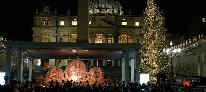 """Пясъчна скулптура на Рождество Христово се издигна на площад """"Свети Петър"""" 5"""
