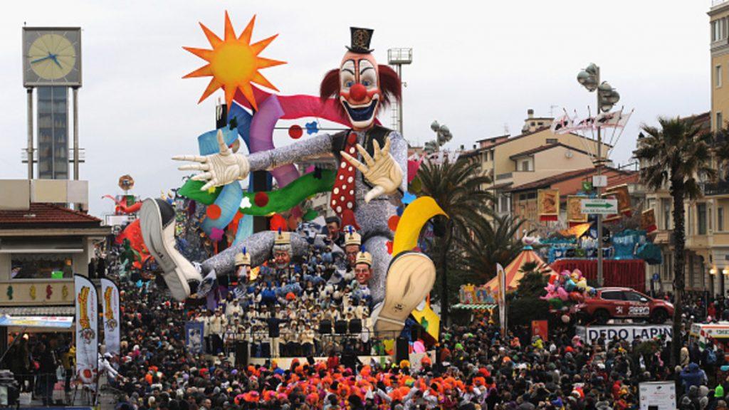 Карнавалният ангел прелита над Венеция 2