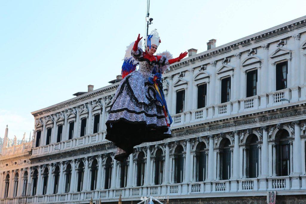Карнавалният ангел прелита над Венеция 5
