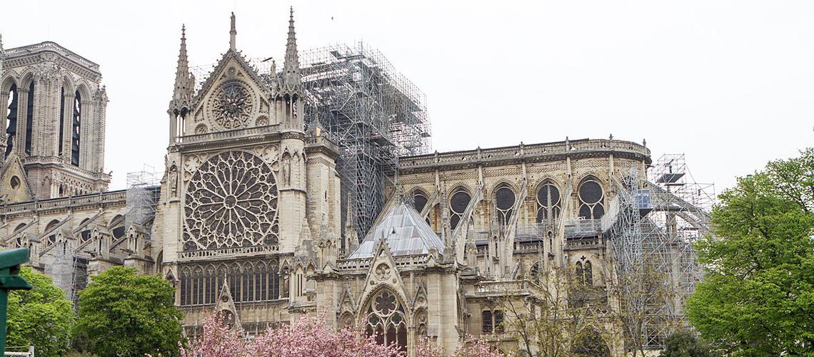 """Какво се случва с даренията за реконструкцията на парижката катедрала """"Нотр-Дам"""" след трагичния пожар от 15.04.2019 г."""